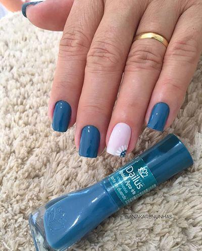 unhas delicadas com esmalte azul e florzinha