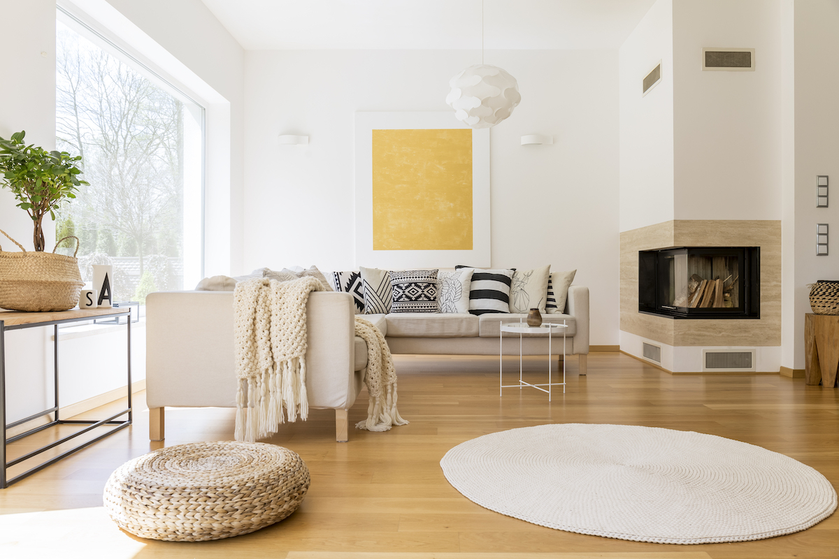 Salón con paredes blancas y decoración en amarillo neón