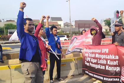 Aksi Tandingan di Depan DPR: Gue Dari Mahasiswa Mana ya Kalau Ditanya?