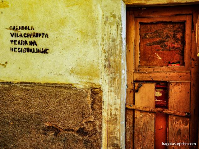 Grafite de protesto próximo à Universidade de Coimbra, Portugal
