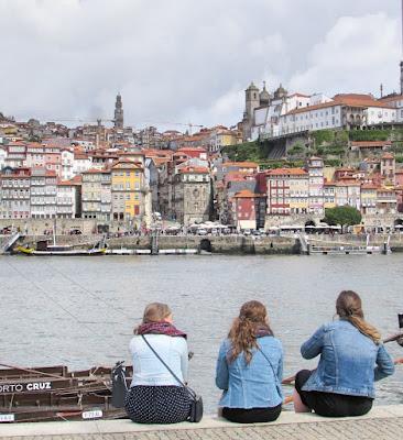 raparigas a olhar para o Porto