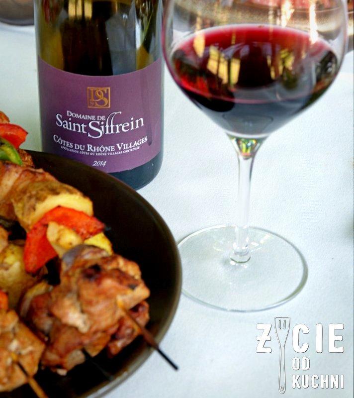 czerwona oliwka, wino, sommelier, foodparing, szaszlyki, czerwone wino, wino w kieliszku, garden party, grill, grill weber, weber, zycie od kuchni, sokolow, akademia smaku kukbuk