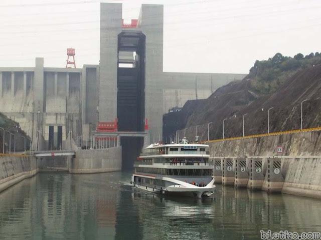 Tầu tải trọng lớn đang vượt qua đập Tam Hiệp