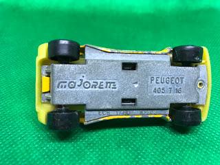 プジョー 405T16 のおんぼろミニカーを底面から撮影