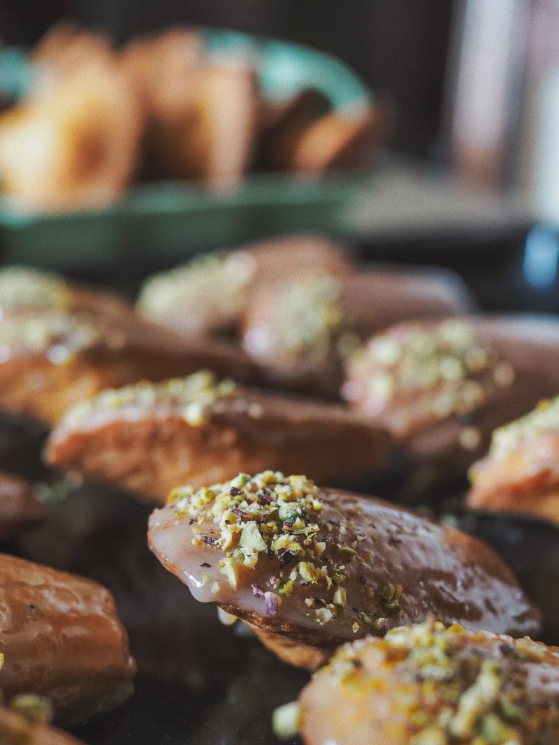 Recette de madeleine nappées de chocolat blanc, miel et pistache