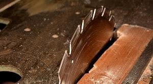 Alat pembuatan finir kayu terdiri dari dua macam yakni pisau dan gergaji. Penggunaan alat pisau dalam pembuatan finir diperoleh ukuran yang relatif tipis sedangkan penggunaan alat gergaji dalam pembuatan finir diperoleh ukuran yang lebih tebal (Dumanauw, 1990). Pembuatan finir kayu bertujuan untuk menghasilkan ukuran papan yang lebih lebar daripada sebelumnya.