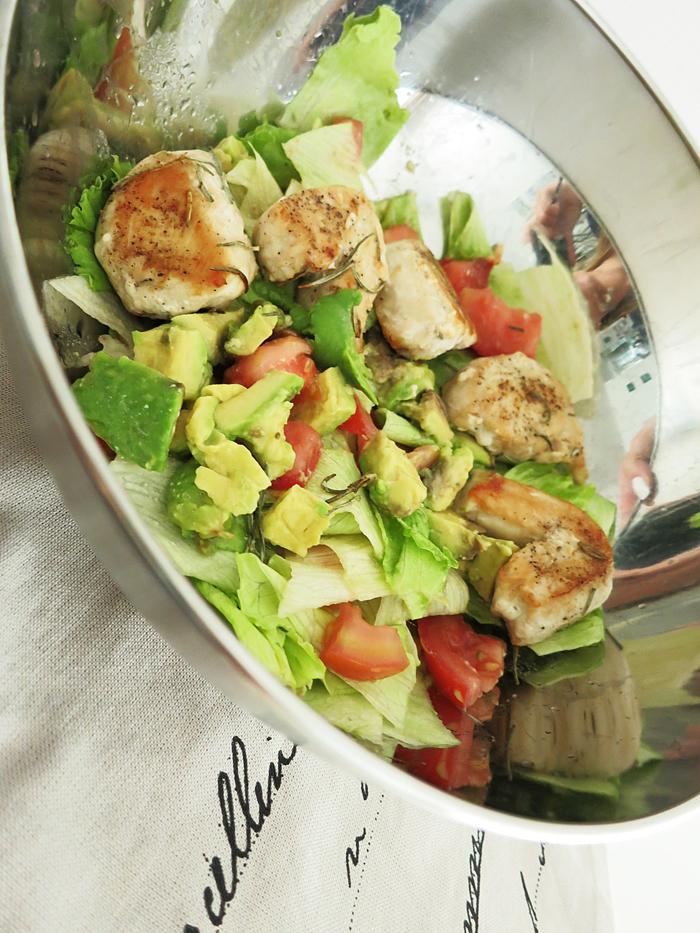 Rosmarin-Huhn Avocado Salat