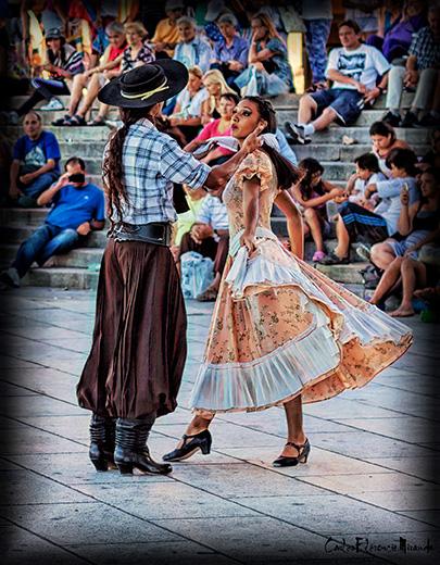 Pareja de baile bailando folclore argentino.