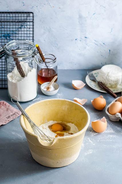 farina e altri ingredienti per fare dolci
