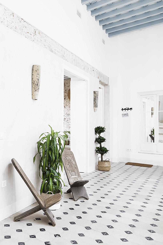 Una entrada con decoración en blanco y madera - Fotografía: Ale Favetto