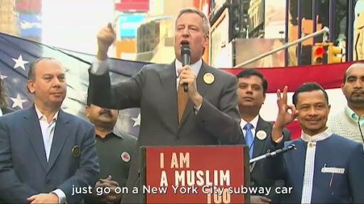 شاهد عمدة نيويورك يعلن تضامنه مع المسلمين ضد قرارات ترامب .. فيديو