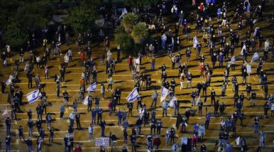 Protestos dramáticos e socialmente distanciados contra o acordo do governo de Israel continuam em Tel Aviv