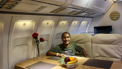 Berfoto di ruang makan dalam replika Pesawat Kepresidenan.