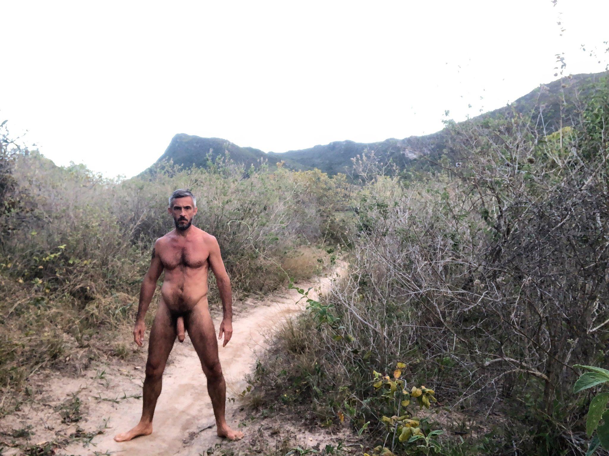 desnudo y verga grande en la playa