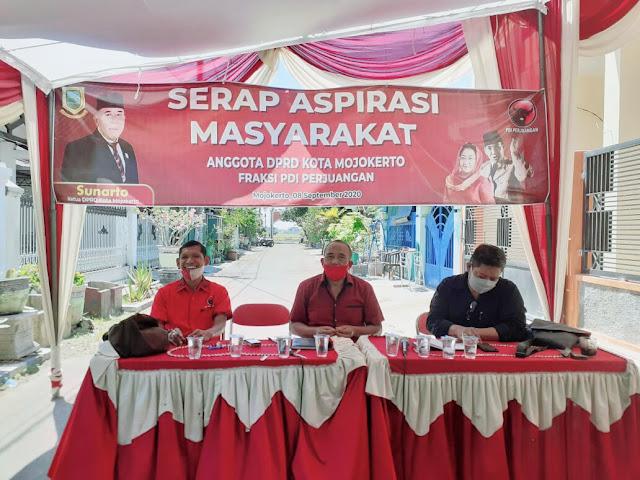 """Mojokerto - majalahglobal.com : Sejumlah anggota DPRD Kota Mojokerto kembali menggelar reses.  Di jalan Nangka, Perumahan Magersari Indah, Ketua DPRD Kota Mojokerto Sunarto memulai giat serap aspirasi ini. Perwakilan konstituen dan masyarakat hadir dalam acara yang digelar politisi PDIP, Selasa (8/9/2020).   Sekedar diketahui, reses DPRD Kota Mojokerto yang sudah di badan musyawarahkan (Banmus), terjadwal selama empat hari yang di mulai pada tanggal 6-9 September 2020.  Ketua DPRD Kota Mojokerto, Sunarto menjelaskan definisi reses kepada warga yang diundang. """"Reses adalah kegiatan persidangan diluar kantor DPRD untuk menampung dan menyerap aspirasi masyarakat, apa yang di inginkan kami siap tampung dan mengawal selama tidak menyalahi aturan yang ada"""", katanya.  Itok sapaan akrab Sunarto, mengatakan """"Ada beberapa warga meminta untuk melakukan pembenahan tentang masalah drainase. Karena musim penghujan akan tiba, maka untuk mengantisipasi banjir"""", kata Itok.   Keinginan masyarakat terungkap dalam reses masa sidang III, beberapa usulan masyarakat yang hadir berkaitan dengan banjir karena di awal tahun kemarin beberapa wilayah terdampak banjir.  Warga meminta agar pemerintah lebih memprioritaskan penanganan dan antisipasi banjir yang kerap melanda ketika tiba musim penghujan. """"Yang pasti, nantinya kita akan tanggapi hal itu, """" jelasnya.  Ada beberapa warga mengusulkan untuk berbagai permasalahan yakni permasalahan drainase untuk di normalisasi pada jalan Residen Pamuji. Dan ada juga yang meminta diadakan pelatihan – pelatihan untuk ibu – ibu agar memperoleh penghasilan tambahan dengan keterampilan. Apalagi di nuansa pandemi covid-19 banyak yang terkena dampak.   Sementara itu, Wakil ketua DPRD Kota Mojokerto Junaedi Malik mengadakan giat reses atau serap aspirasi masyarakat di jalan Empu Gandring, Kedundung.  Dalam reses kali ini, dihadiri oleh anggota DPRD Provinsi Jawa Timur, Masduki. Dan turut mengundang tokoh masyarakat kota Mojokerto.  Junaedi menjelaskan banyaknya"""