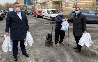 Депутат Вострецов вручил ветерану продуктовый набор