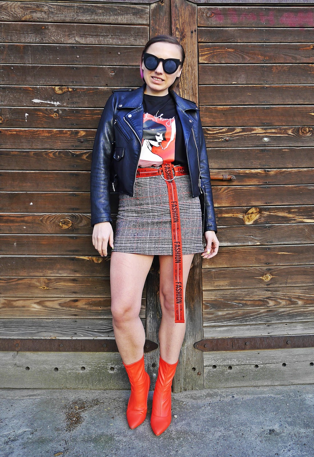 2_spodnica_w_krate_czerwone_botki_t-shirt_z_nadrukiem_karyn_blog_modowy_220418