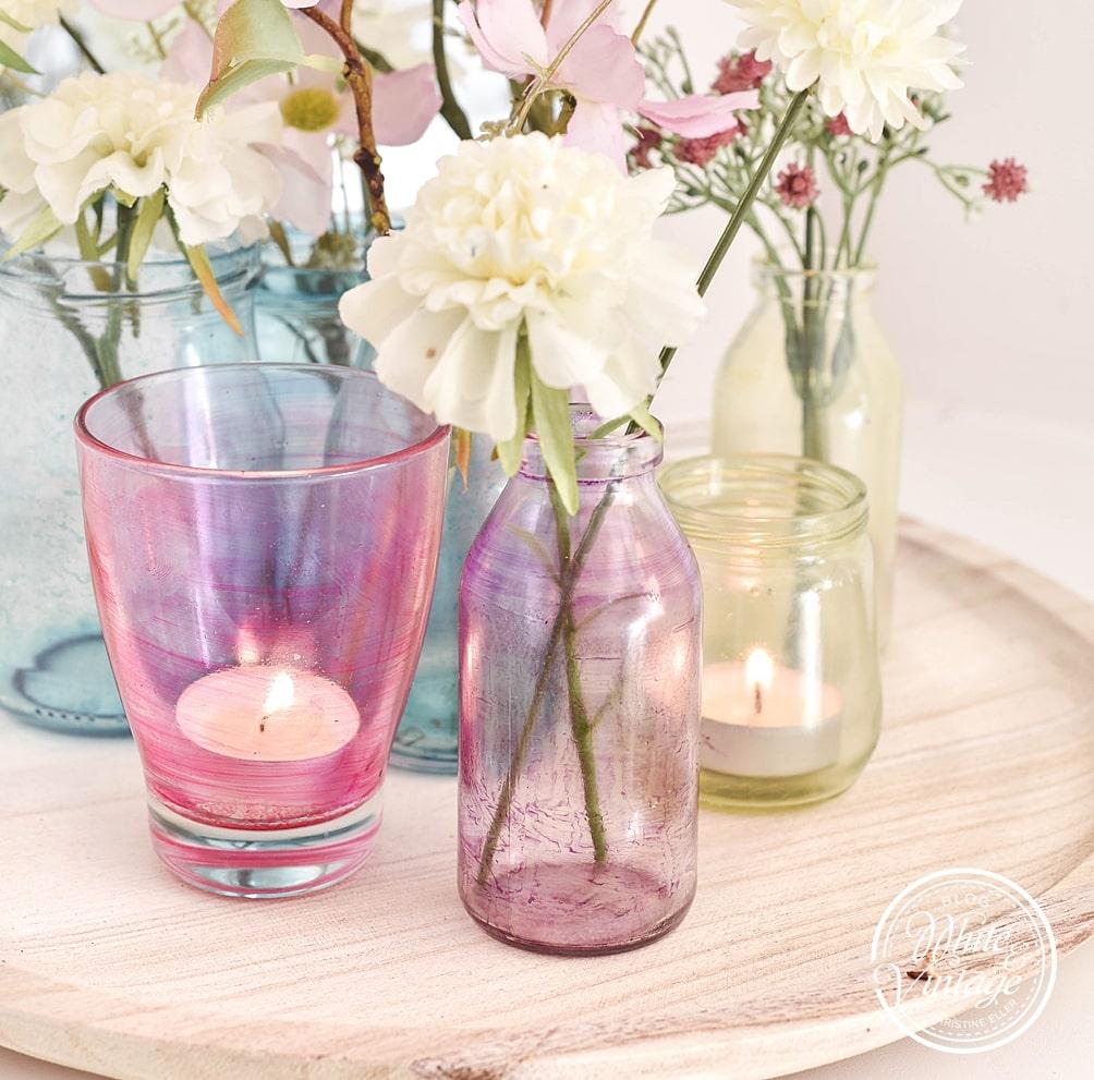 Pastellfarbene Windlichter und Vasen selber machen.