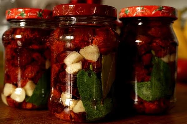 suszone pomidory koktajlowe w słoiczkach, suszone w piekarniku w zalewie z czosnkiem, szałwią i liściem laurowym