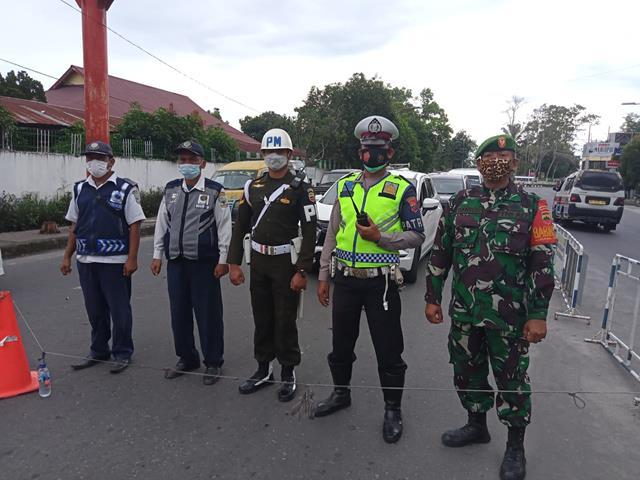 Disimpang Empat Wilayah Saiantar Personel Kodim 0207/Simalungun Kompak Dengan Dinas Terkait Laksanakan Ops PPKM Level lll
