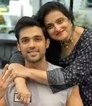 पार्थ समथान अपनी माँ के साथ