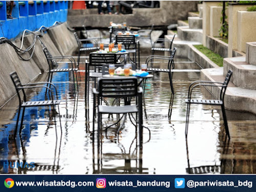 Cafe di tengah sungai di Bandung
