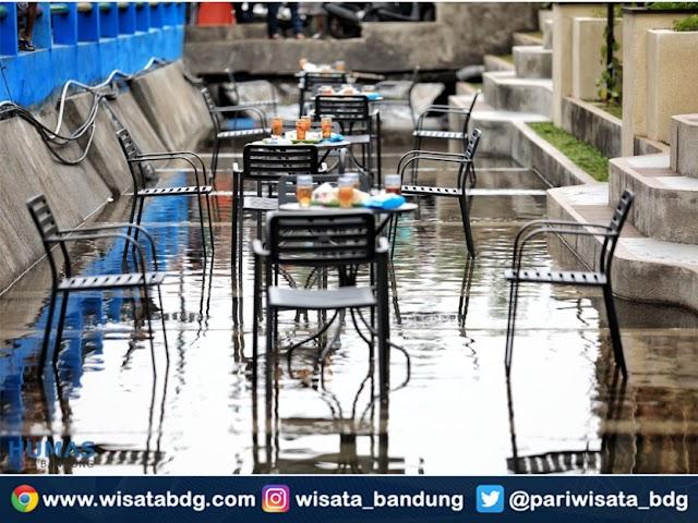 Yang Baru dan Unik di Bandung, Ada Cafe di Tengah Sungai