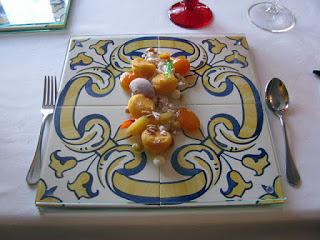 prato de azulejos e doces