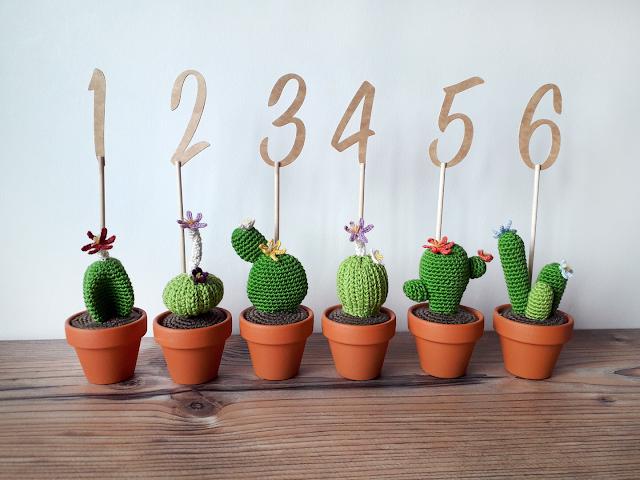 Meseros cactus de ganchillo con números para mesas de boda