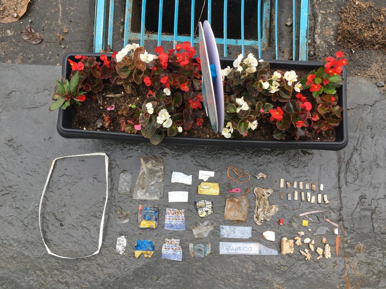Resíduos plásticos filtrados pelo bueiro ecológico.