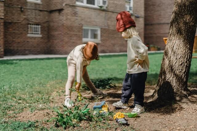 zabawy dzieci w ogrodzie