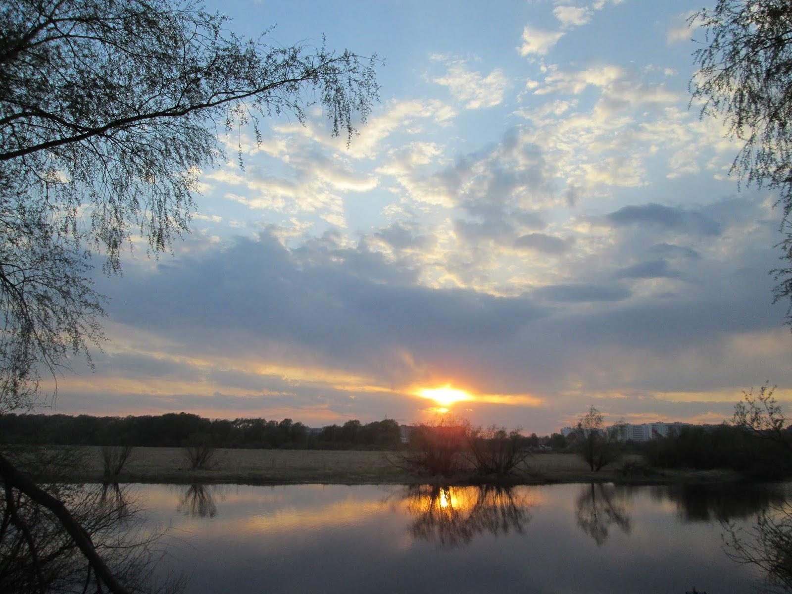 Красивый вечер и заходящее солнце