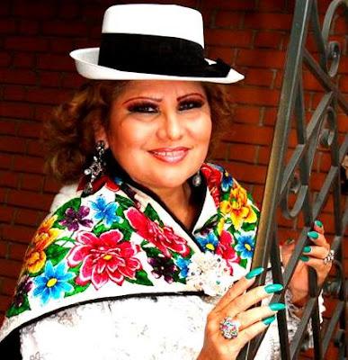 Foto de Amanda Portales con vestimenta blanca