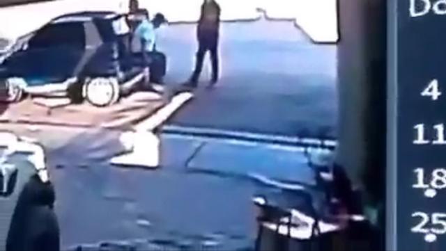 Video: 3 hombres platican, Sicarios llegan, los rafaguean y se van, los 3 murieron, paso en las calles de San Luis Río Colorado; Sonora