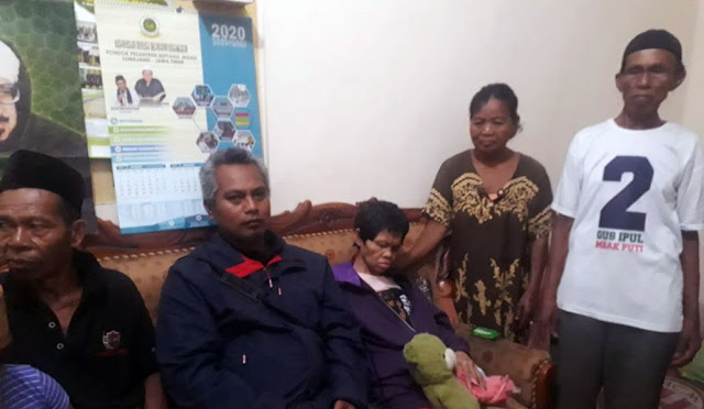 Musnayah (tengah) ketika tiba di rumahnya di Desa Kalisemut