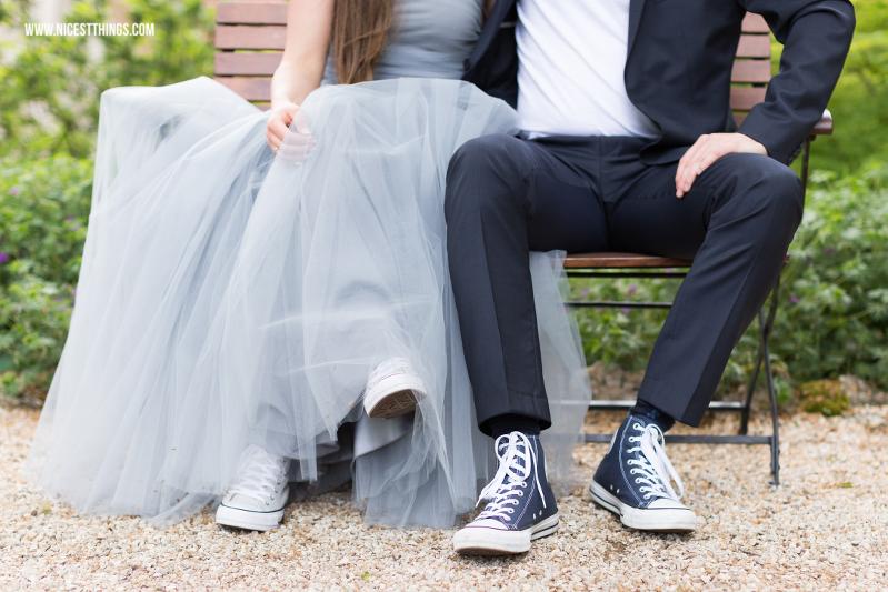 Braut und Bräutigam mit Converse Chucks