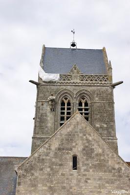 Campanile della chiesa e manichino a Sainte Mere Eglise