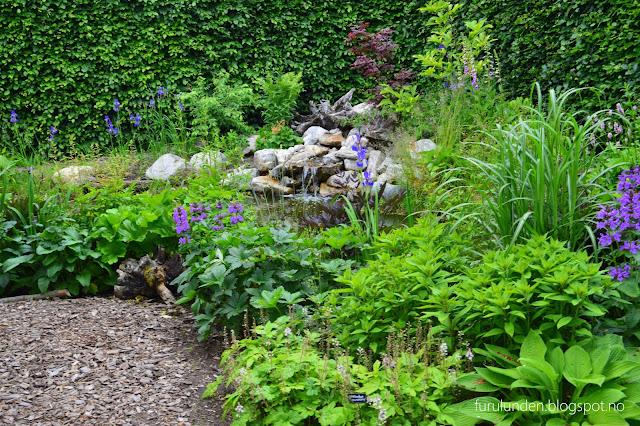 Historikk og oppskrift på en cottage garden. Her er det brukt stor elvestein i bedet.