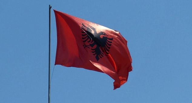 Заменик председника општине Бујановац Шћиприм Муслију скинуо је и бацио заставу Србије па је заменио заставом Албаније.  #Бујановац #Застава #Србија #Косово #Метохија #КМновине #Вести #Kosovo #Metohija #KMnovine #vesti #RTS #Kosovoonline #TANJUG #TVMost #RTVKIM #KancelarijazaKiM #Kossev