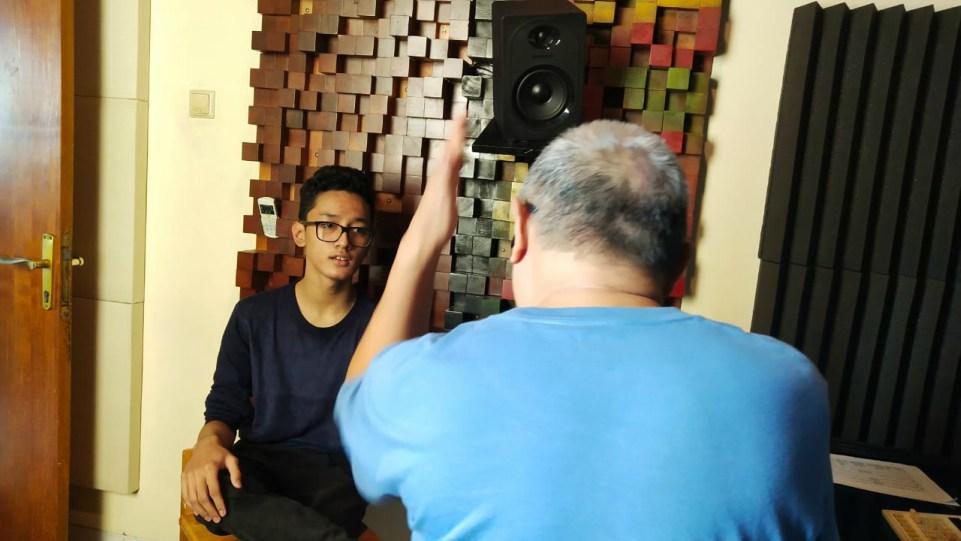 Cello Elby saat dimentori Chossypratama untuk rekaman vokal lagu Bebas pada Jumat 30 Oktober 2020 di studio Promidi Audio Indonesia, Jakarta. (Dok. Istimewa)