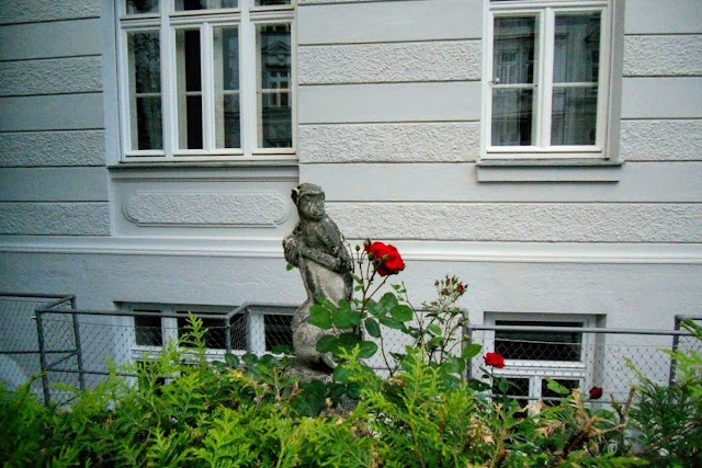 2 days in Munich in Spring: monkey statue and rose bush