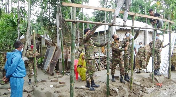 ঘূর্ণিঝড় আম্পানে ক্ষতিগ্রস্তদের বাড়ি সংস্কার করে দিচ্ছেন সেনা সদস্যরা