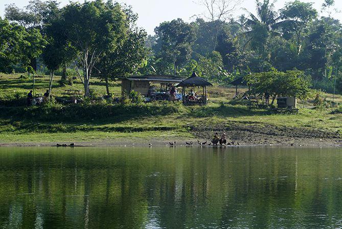 Gazebo dan orang-rang di bendungan Kendalsari Kemalang, Klaten