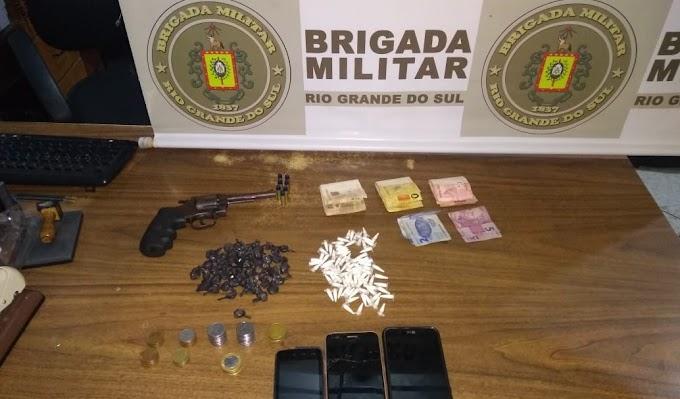 Quatro são presos pela BM por tráfico de drogas no bairro Natal em Gravataí