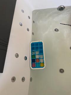Bac à glaçon contenant les différentes couleurs de la peinture pour le bain, DIY