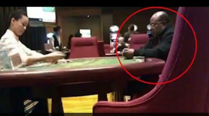 "Geger! Foto Gubernur Papua Lukas Enembe ""Main Judi"", Netizen: Pantas Dana Otsus Gak Jelas!"