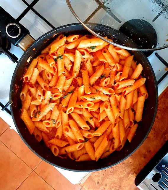 makaron,sos ze świeżych pomidorów,szybki makaron,dania włoskie,makaron po włosku,kuchnia włoska, szybki i prosty obiad,z kuchni do kuchni najlepszy blog kulinarny, parmezan,szybkie danie obiadowe,