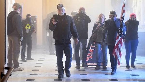 Rusuh di Kongres AS: Massa Trump Duduki Capitol, Sejumlah Polisi Terluka