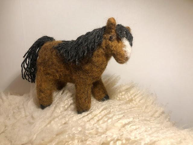Den här hästen tovades under stor spänning eftersom jag lyssnade på en väldigt bra bok under tiden, nämligen Lars Kreplers senaste, Spegelmannen. I den fanns en ganska obehaglig karaktär som kallades Primus. Trots det fick hästen hans namn, jag tyckte det passade honom bra.