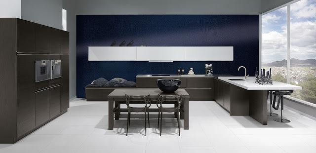 cocina-wengue-con-pared-azul